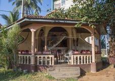 H?rlig be koja n?ra kristen kyrka p? gatan p? den Negombo staden royaltyfria foton