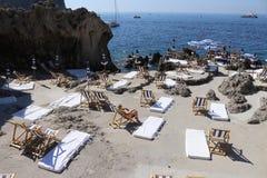 Härlig beachclub på Capri Italien arkivbild