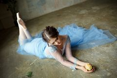 Härlig behagfull flickaballerina i en blå klänning- och pointesho royaltyfria foton