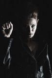 härlig behind regnig vampyrfönsterkvinna Arkivbild