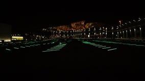 Härlig belysningeffekt på det offentligt parkerar nära härlighetstation i Barcelona stock video