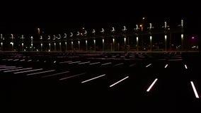 Härlig belysningeffekt på det offentligt parkerar nära härlighetstation i Barcelona lager videofilmer