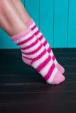 Härlig benkvinna med att stå för sockor Royaltyfri Foto