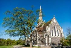 härlig berömd St Albans kyrka mot blå himmel royaltyfria foton