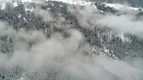 Härlig bergdag fluga över molnigt vinterland lager videofilmer
