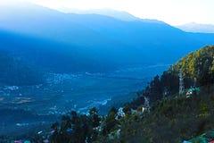 Härlig bergdalsikt med gröna träd royaltyfria bilder