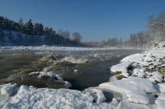 Härlig bergflod i vintern Kraftigt för härligt Arkivbilder