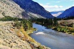 Härlig bergflod, liten vik nära Princeton, Keremeos, British Columbia Royaltyfria Bilder