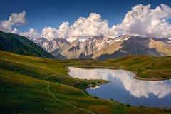Härlig berglandskapsikt av Koruldi sjöar i Svaneti, land av Georgia arkivfoto