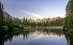 Härlig bergplats med en sjö Royaltyfri Fotografi