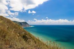 Härlig bergsikt på den Black Sea kustlinjen uppifrån av kullen royaltyfri fotografi