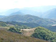 Härlig bergslinga till och med hösten Bieszczady Arkivfoto