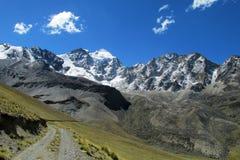 Härlig bergväg i Anderna, verkliga Cordillera, Bolivia Royaltyfri Fotografi