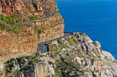 Härlig bergväg, klippor och hav Arkivfoto