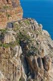 Härlig bergväg, klippor och hav Royaltyfri Foto