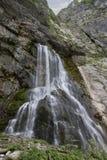 Härlig bergvattenfall Arkivfoto