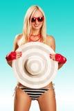 Härlig bikini och solglasögon för ung kvinna bärande Arkivbild