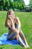 härlig bikini utanför telefonkvinnabarn Royaltyfria Foton
