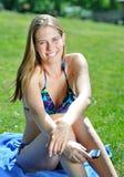 härlig bikini utanför telefonkvinnabarn Royaltyfri Bild