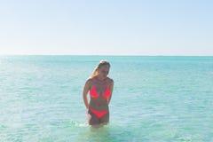 Härlig bikinikvinna som tycker om det tropiska havet Arkivbild