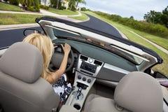 härlig bilcabriolet som kör kvinnabarn Royaltyfri Fotografi