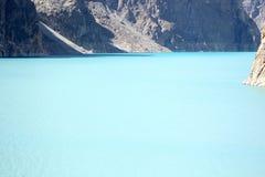 Härlig bild av en bergflod bland royaltyfria bilder