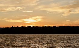 Härlig bild av en fantastisk solnedgång på en sjö Arkivfoto