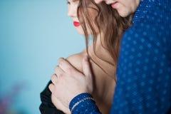 Härlig bild av ett förälskat par En man står behind och slår håret av en kvinna Historia av förbindelse Arkivfoto