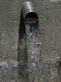 Härlig bild av flödande dricksvatten från en sakral vår royaltyfria bilder