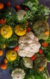 Härlig bild av grönsaker squash, blomkål, körsbärsröda tomater och broccoli Naturlig textur av grönsaker fotografering för bildbyråer