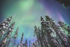 Härlig bild av massiva mångfärgade gröna vibrerande Aurora Borealis, nordliga ljus Arkivbilder
