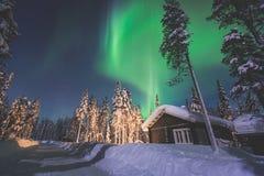 Härlig bild av massiva mångfärgade gröna vibrerande Aurora Borealis, nordliga ljus Arkivfoton