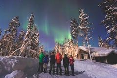 Härlig bild av massiva mångfärgade gröna vibrerande Aurora Borealis, nordliga ljus fotografering för bildbyråer