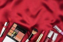Härlig bild av skönhetsmedlet på röd satäng Arkivfoton