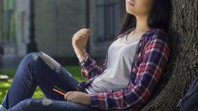 Härlig biracial flicka i romantiskt lynne som drömmer om hennes personliga saga lager videofilmer
