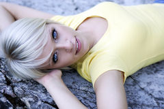 Härlig blåögd blond kvinna royaltyfria bilder