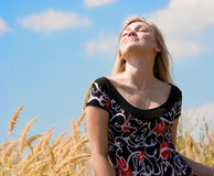 härlig blå drömma flicka över skyen Arkivbilder