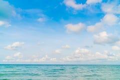 härlig blå havssky Arkivbild