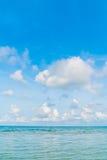 härlig blå havssky Arkivfoton