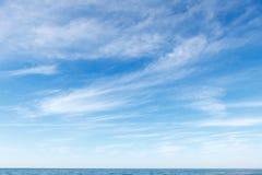 Härlig blå himmel över havet med genomskinligt, vitt, cirrusmolnmoln Royaltyfria Foton