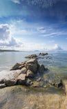 Härlig blå himmel, havet och vaggar på pang den Saen stranden, det Chonburi landskapet, Thailand Arkivfoto