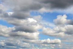 Härlig blå himmel med åtskilda vita moln Arkivbild