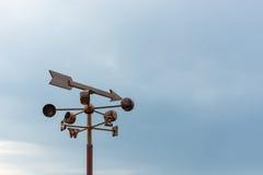 Härlig blå himmel med kompasset för navigatör Royaltyfria Foton