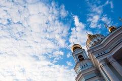 Härlig blå himmel med ljus fördunklar över den vita domkyrkan Arkivbild