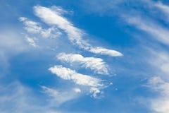 Härlig blå himmel med molnet Arkivfoto