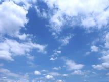 Härlig blå himmel och fluffiga vita moln Arkivfoton