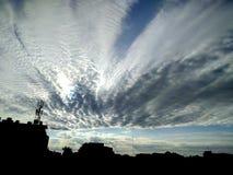 Härlig blå himmel och moln Arkivbild