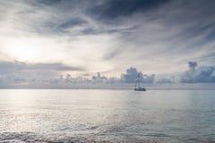 Härlig blå himmel på havet Arkivbild