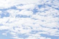 Härlig blå himmel, vita moln med solen blossar mot bakgrund field blåa oklarheter för grön vitt wispy natursky för gräs arkivbilder