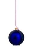 Härlig blå jul klumpa ihop sig att hänga med det rosa bandet på en vit bakgrund arkivfoton